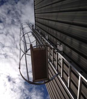 escalera con jaula proteccion